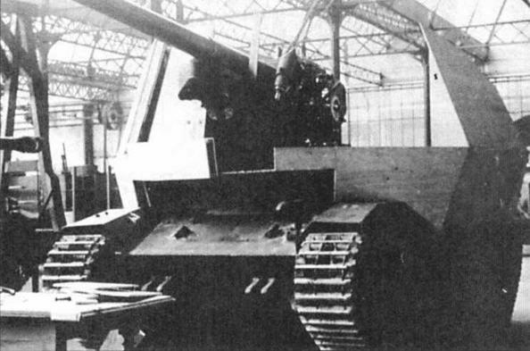 в центре — САУ с 75-мм пушкой на базе танка FCM(f) в заводском цехе
