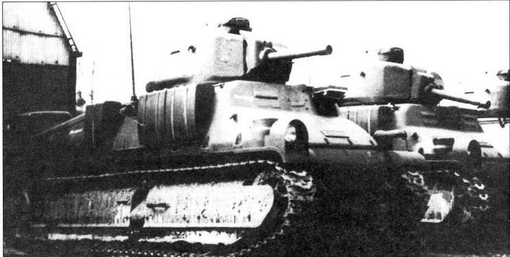 Первые танки S35, подготовленные для службы в Вермахте. Танки выкрашены в серый цвет, оснащены радиостанциями и фарами Notek. На правом борту укреплены характерной формы ящики для амуниции