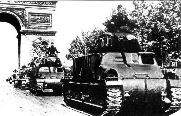 Колонна танков 35S(f) одной из частей Вермахта проходит под Триумфальной аркой в Париже. 1941 год