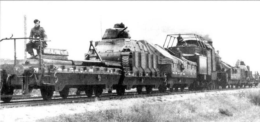 Германский бронепоезд № 28 (Panzerzug Nr.28). Восточный фронт, лето 1941 года. В состав этого бронепоезда входили три специальные платформы (Panzertragerwagen) с танками S35. Хорошо видны узлы крепления танка на платформе. Откидная аппарель, с помощью которой танк мог сойти на грунт, уложена на балластную платформу. За платформой с танком видна укрытая брезентом платформа для пехоты.