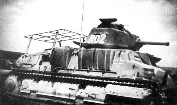 Командирский танк, оснащенный второй радиостанцией (ее рамочная антенна закреплена на крыше МТО). Вместо орудия установлен его деревянный макет. Франция, 1941 год