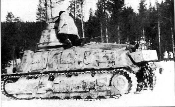 Выкрашенный в белый цвет средний танк 35S(f) из состава 211-го немецкого танкового батальона. Опознавательным знаком для машин этого батальона была цветная полоса, нанесенная по периметру башни