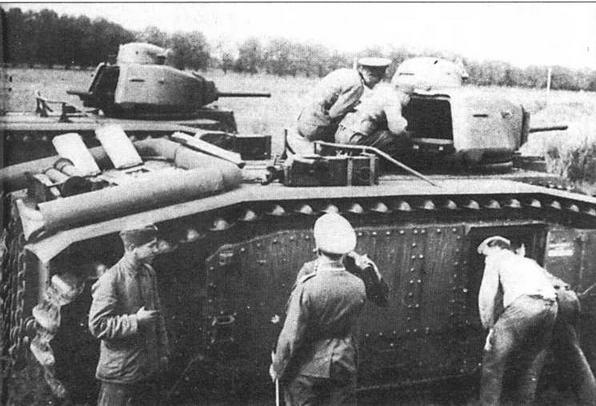 Учебные занятия с трофейными французскими танками Blbis в 100-м запасном танковом батальоне Вермахта. Франция, 1941 год (справа). Один из танков B2(f) 213-го танкового батальона. 1944 год. Боевые машины этой части, дислоцировавшейся на Нормандских островах, встретили конец Второй мировой войны, ни разу не побывав в бою