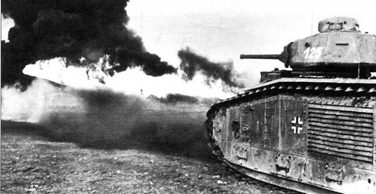 Огнеметный танк B2(F1) в бою. Дальность стрельбы из огнемета достигала 45 м