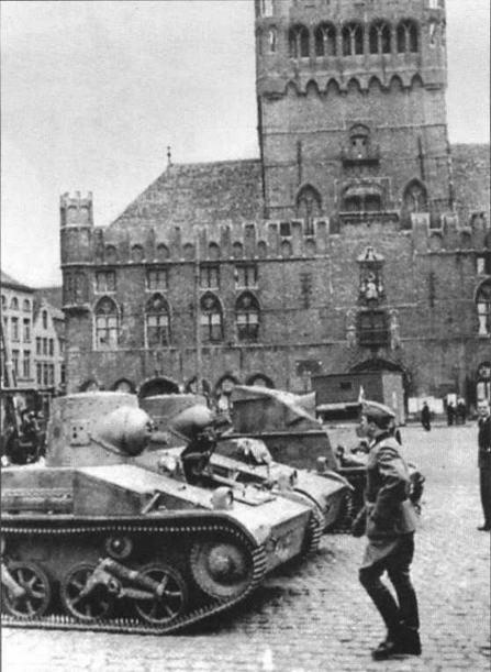 Трофейная бельгийская бронетехника — танки Т.15 и самоходная артустановка Т.13 Type III — на одной из площадей Брюсселя. 1940 год