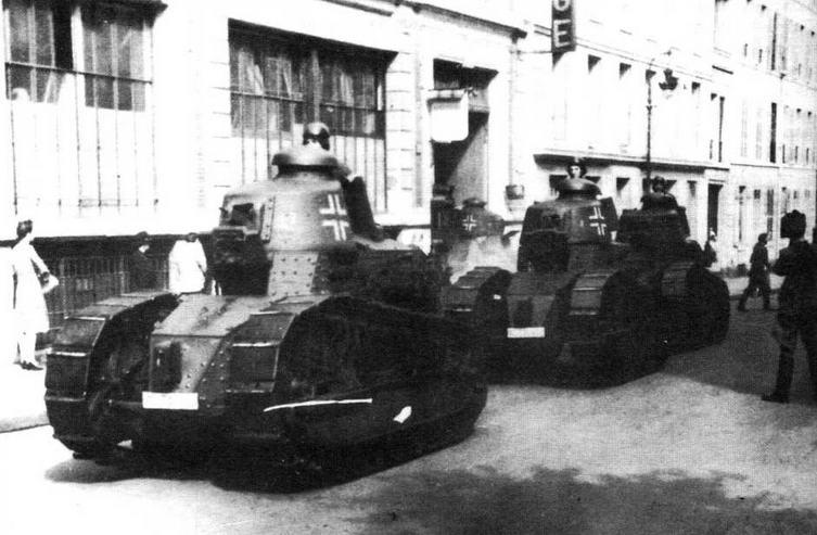 Группа трофейных французских танков FT17 одного из подразделений Люфтваффе. Эти устаревшие боевые машины, имевшие ограниченную подвижность, тем не менее с успехом использовались для охраны тыловых аэродромов