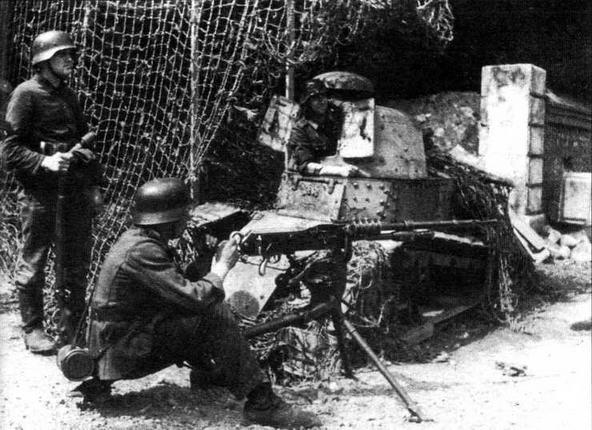 Часть танков FT17 использовалась немцами в качестве неподвижных огневых точек — своего рода бункеров. Этот танк установлен на блокпосту на перекрестке дорог близ Дьеппа в 1943 году. На переднем плане — немецкий солдат возле трофейного французского пулемета Hotchkiss mod. 1914 (в Вермахте — sMG 257(f)