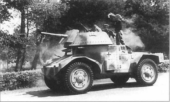 Бронемашина в ходе «наведения порядка» в русской деревне. Справа — бронеавтомобиль Panhard 178(f), оснащенный новой, открытой сверху, башней с 50-мм пушкой KwK L42. 1943 год