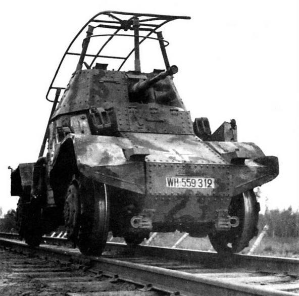 Бронеавтомобиль-дрезина Panhard 178(f). Машины этого типа придавались бронепоездам и предназначались для разведки. Как и немецкие броневики, трофейный французский бронеавтомобиль оснащен рамочной антенной, способ крепления которой не препятствовал круговому вращению башни