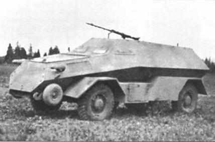 Колесные бронетранспортеры, изготовленные в бригаде «Запад» на базе французских полноприводных грузовиков Laffly W15T. Вверху — с изъятым вторым мостом,