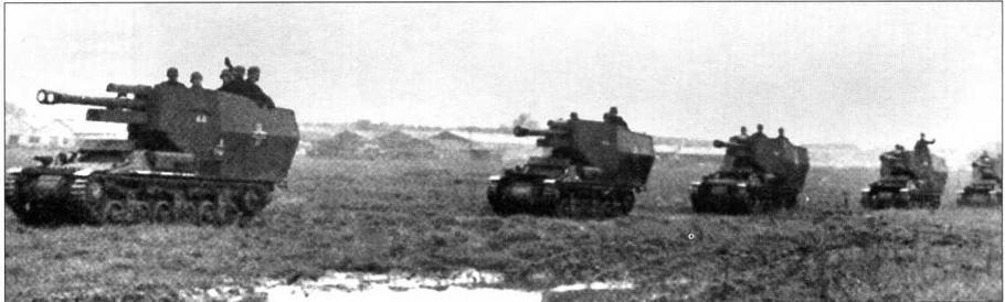 Батарея 105-мм самоходных гаубиц на марше. Франция, 1943 год