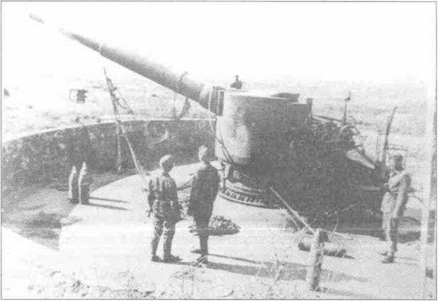 Немцы на захваченной 203-мм батарее. Севастополь. 1942г.