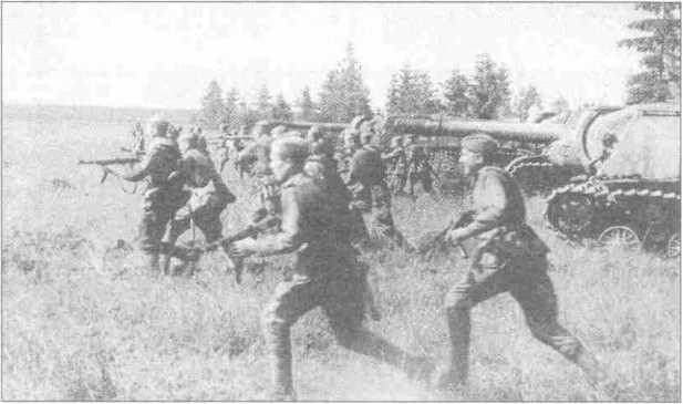 Атака советской пехоты и штурмовой артиллерии (СУ-152) под Минском. Белорусская операция.