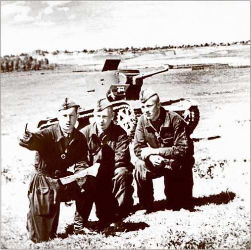 Командир танка Т-26 ставит экипажу боевую задачу на учениях.