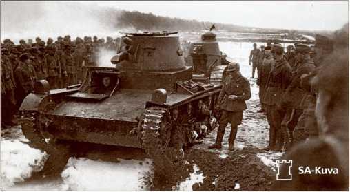 Финский «Виккерс» без вооружения и «Рено FT-17» на учениях, 1930-е годы. Обратите внимание на отсутствие установки для автомата «Суоми» в лобовом листе корпуса.