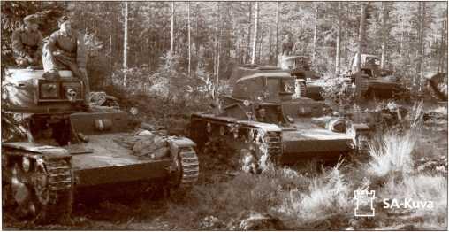 Финский танк «Виккерс 6 тонн» на маневрах осенью 1939 года. Обратите внимание на <a href='https://med-tutorial.ru/m-lib/b/book/4090607813/4' target='_blank' rel='external'>учебное</a> вооружение танка.