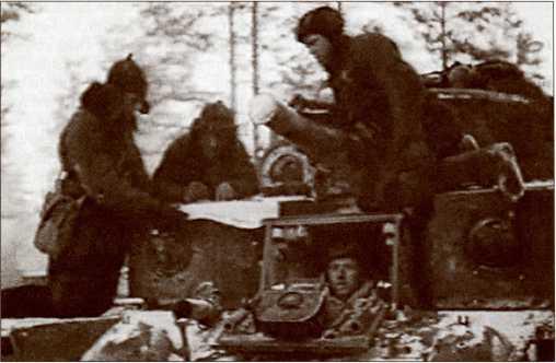 Танкисты 20-й танковой бригады на своей боевой машине.