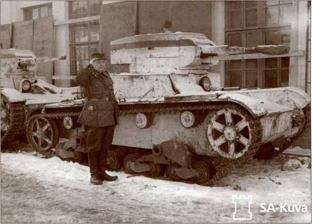 Захваченные и отремонтированные финнами танки Т-26. Бело-сине-белая полоса на башне — опознавательный знак финской бронетехники в Зимнюю войну.