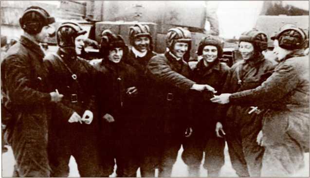 Танкисты 20-й бригады. «Давайте перекурим эту обстановку». Слева направо: Кукуладзе К. С., Гаврилов, Назаров, Богданов, Евдокименко, Семкин, Кузнецов и Кряжев.