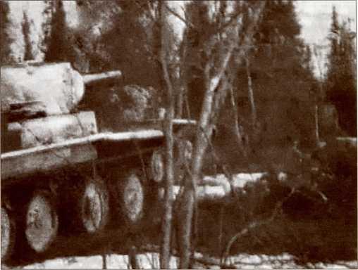 БТ из 1-й или 13-й легкотанковой бригады идет вперед.