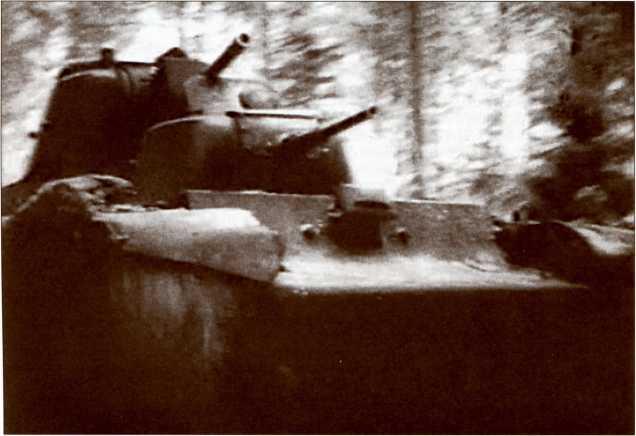 Экспериментальный тяжелый танк Т-100 из состава Отдельной спецроты 20-й танковой бригады идет вперед. Кадр из кинохроники.