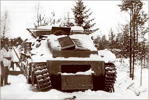 Подбитый Т-28 в лесу.