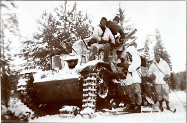 Финны позируют на подбитом Т-28 в районе Сумманкюля. Солдат, сидящий на пулеметной башне, носит традиционные охотничьи сапоги — пьексы.