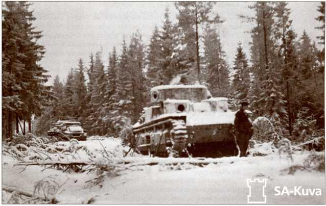 Подбитые Т-28 на Выборгском шоссе севернее деревни Сумманкюля. Обратите внимание на снятые пулеметы, У финнов не было тяжелых тягачей, способных вытащить Т-28, но все оборудование и вооружение с танков было снято.