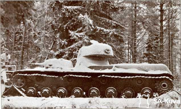 Подбитый (или сломавшийся) СМК и Т-28 (едва виден слева) у командного пункта №16 укрепрайона Сумманкюля.