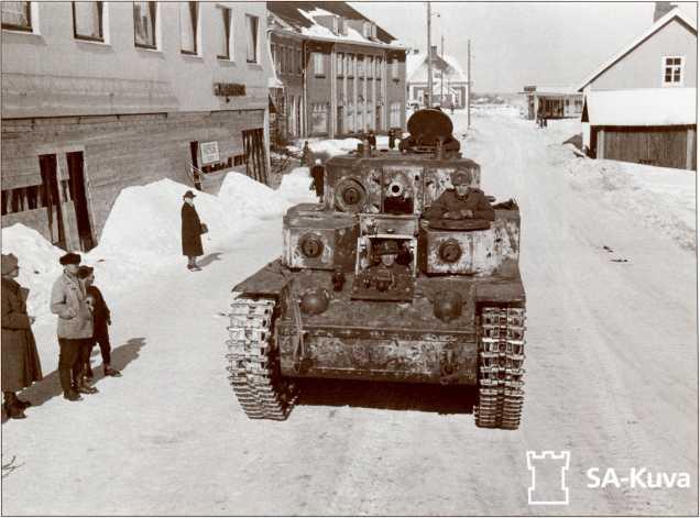 Этот неповрежденный Т-28 финны захватили в декабрьских боях в Сумманкюля или Ляхде. Танк едет по улицам города Варкауса, где находился завод по ремонту трофейных танков. В Зимней войне трофейные танки принять участия не успели.