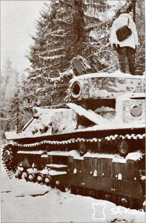 Подбитый Т-28 в лесу на Выборгском шоссе. 1 января 1940 года.