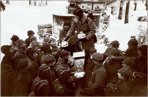 Танкисты получают подарки от рабочих Ленинграда (АСКМ).