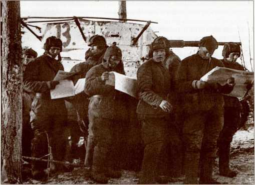 Танкисты читают свежую прессу на фронте. На заднем плане Т-26 с грубо нанесенным тактическим номером «13» (АСКМ).