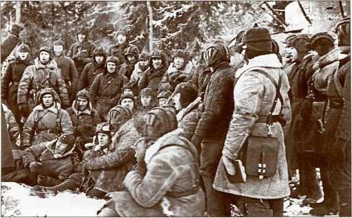 Танкисты 20-й танковой бригады поют хором в перерыве между боями и учебой.Обратите внимание на добротную зимнюю униформу танкистов.