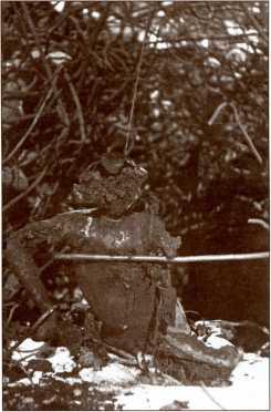 Финский солдат, сожженный из огнемета, в руинах ДОТ. Скорее всего, фотография сделана в ДОТ №14.