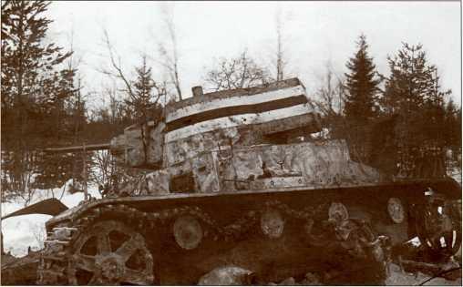 Подбитый финский «Виккерс» у полустанка Хонканиеми.