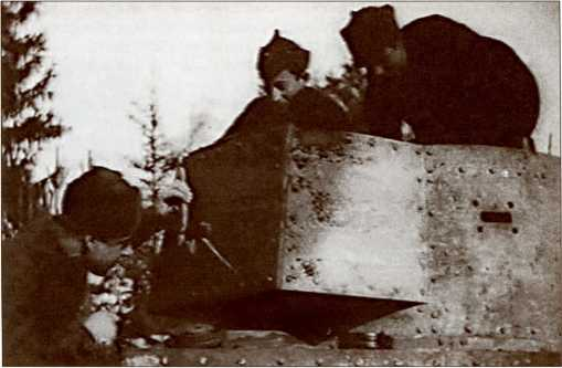 Красноармейцы осматривают подбитый финский «Виккерс».