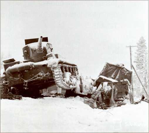 Очевидно, при попытке прорыва или объезда пробки на дороге этот Т-26 наехал на 45 мм противотанковую пушку. Дорога Рааттее