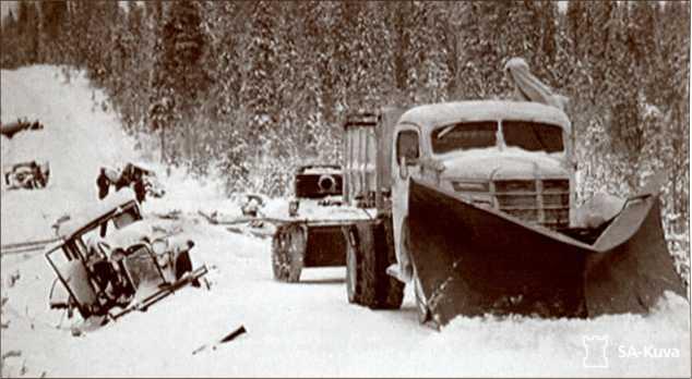 Финский грузовик буксирует захваченный Т-37.