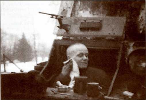 Война окончена! Механик-водитель Т-26 бреется на боевом посту.