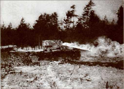 Огнеметный ОТ-130 из 204-го отдельного батальона 39-й легкотанковой бригады производит огнеметание. Обратите внимание на необычный камуфляж танка. Радиус действия огнемета составлял не более 100 метров.
