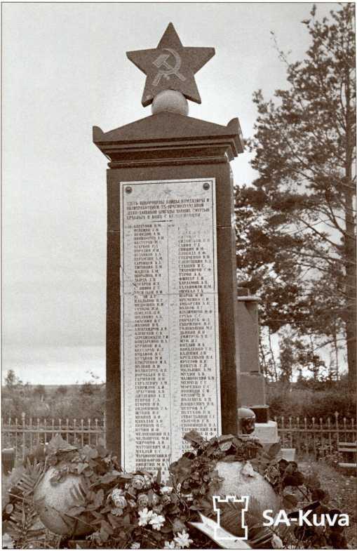 Братская могила 35-й легкотанковой бригады южнее деревни Сумманкюля (урочище Солдатское), 1941 год. Вскоре финские солдаты сбили с могилы звезду и разбили плиту с именами погибших танкистов. В наше время на этой братской могиле нет ни одного имени из первоначального списка.