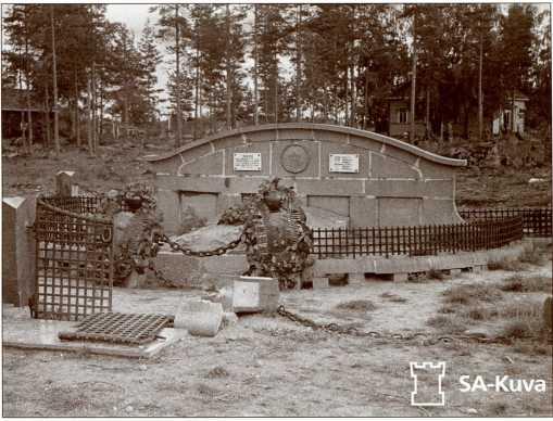 Братская могила танкистов 335-го отдельного танкового батальона 84-й мотострелковой дивизии в Кямяря (Гаврилово), лето 1941 года. Фотография сделана до разрушения могилы финскими солдатами.