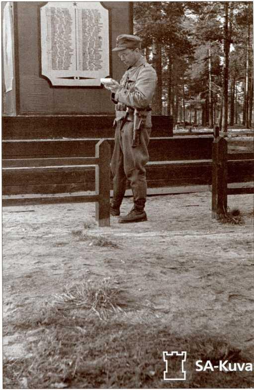 Финский офицер у братской могилы танкистов 40-й легкотанковой бригады. Перкъярви (Кирилловское), лето 1941 года.