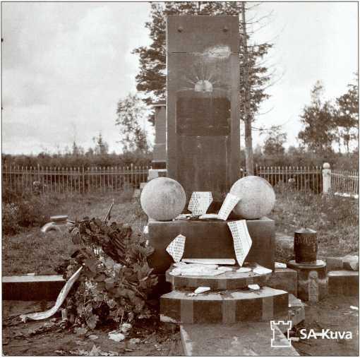 Разрушенная финнами братская могила 35-й легкотанковой бригады. Лето 1941 года.