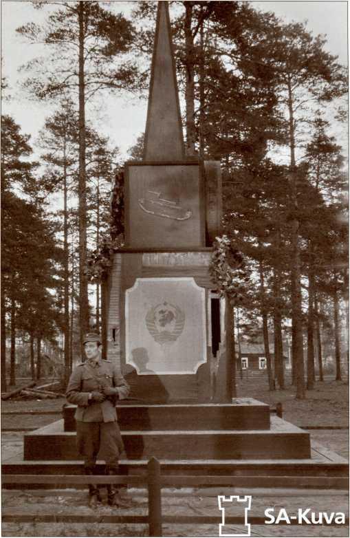 Общий вид фанерного обелиска на могиле танкистов 40-й легкотанковой бригады. Станция Перкъярви (Кирилловское). Лето 1941 года.
