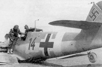 Этот Bf 109F-2/Trop с бортовым номером «14» черного цвета был сбит 20 февраля 1943г. юго-западнее Зарзиса. На истребителе летал лейтенант Вернике из малоизвестного разведывательного подразделении 2(H)/14. В нижней части фюзеляжа в районе центроплана можно разглядеть выступающий объектив фотокамеры.