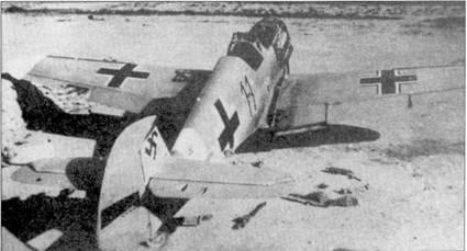 Из-за нехватки запасных частей техническому персоналу приходилось разбирать отдельные самолеты. На снимке хорошо видно до какой степени дошла «каннибализация» истребителя Bf 109F из 1 группы не установленной эскадры. Обратите внимание — на плоскостях самолета кресты разной формы, значит, по крайне мере, одна плоскость ранее принадлежала другому «мессершмитту». С носовых пулеметов сняты панели обшивки, рядом с забытым самолетом валяются пустые патронные ленты.