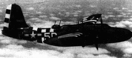 Полосы вторжения не закрывали опознавательных знаков и бортового кода. Этот самолет из 644-й эскадрильи 410-й группы. Стрелок вращает турель, осматривая горизонт.