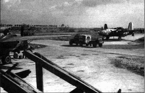 А-20 из 416-й группы рассредоточены по аэродрому Вилирош. A-20J (отличается застекленныч носом) участвовав во многих боевых вылетах, о чем свидетельствуют многочисленные отметки на фюзеляже.